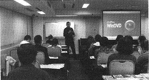 講演をする小沢。会場内は多数の参加者が集まっていて、関心の高さがうかがえる。